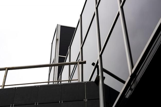 Fragment des modernen gebäudes des glases und des metalls. geschäftsstelle außen.