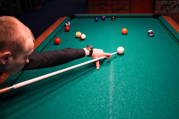 Fragment des pool-billardspiels in bearbeitung. amerikanisches billard. billardspiel. billard sportkonzept