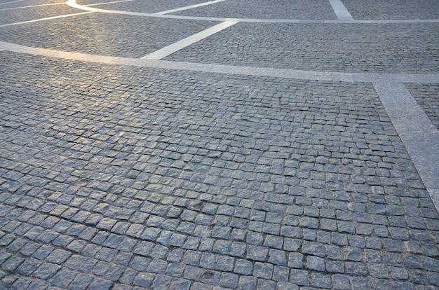 Fragment des straßenplatzes, gefaltet aus einem grauen pflasterstein