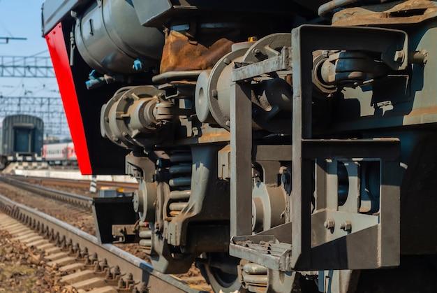 Fragment des vorderen teils einer modernen lokomotive mit lkw-rahmen auf einem gleis