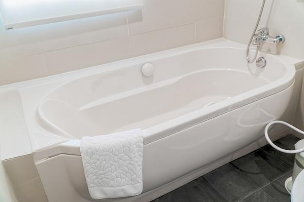 Fragment eines luxusbadezimmers mit einem detail der badewanne