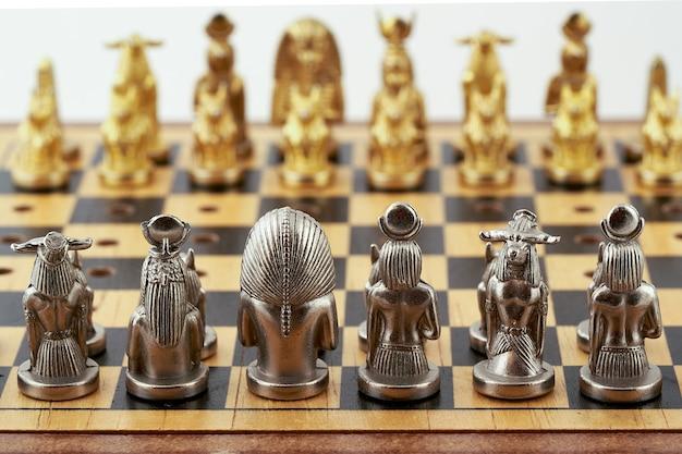 Fragment schachbrett mit platzierten schachfiguren stilisiert als ägyptische götter