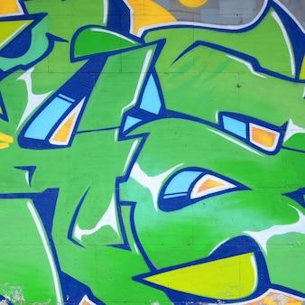 Fragment von farbigen straßenkunst-graffiti-gemälden mit konturen und schattierungen schließen oben