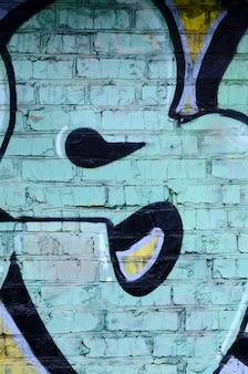Fragment von graffiti-zeichnungen. die alte mauer ist mit farbflecken im stil der street art-kultur verziert. farbige hintergrundbeschaffenheit
