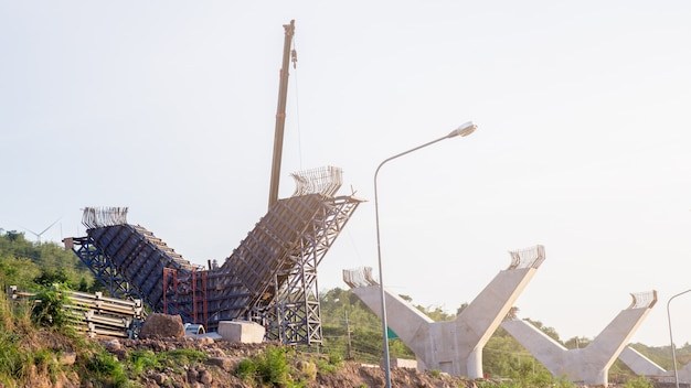 Fragmentansicht der straße im wiederaufbau.