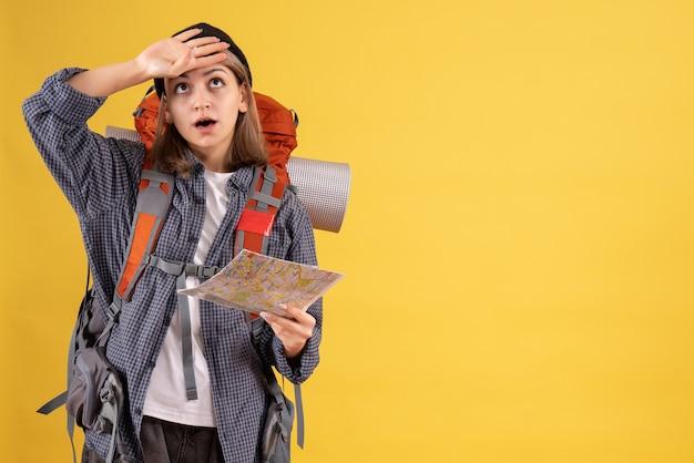 Fragte sich junger reisender mit rucksack mit karte holding