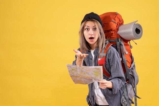 Fragte sich reisende frau mit rucksack mit karte