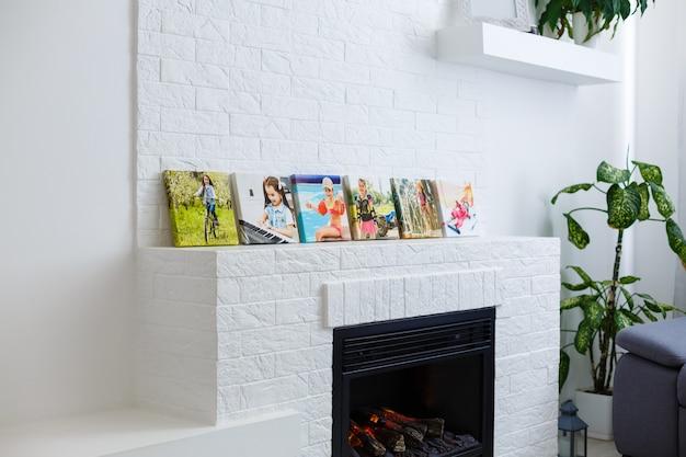 Frames collage mit floralen postern auf ziegelsteinen strukturierter wand, über moderner couch, innendekoration mock-up
