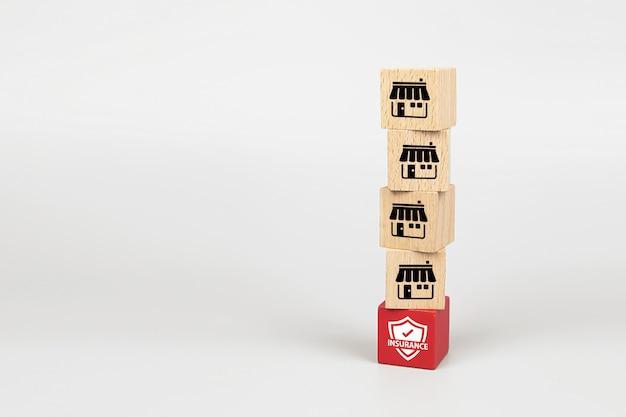 Franchise-marketing-symbole store auf würfel holz spielzeug blog ist mit versicherungssymbol basis gestapelt.