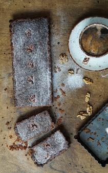 Frangipan schokoladentarte mit einer tasse kaffee, spitzenansicht