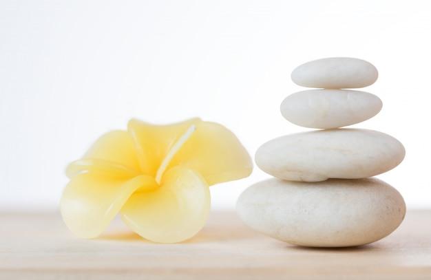 Frangipani blumenkerze und zen steine