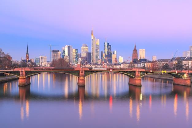 Frankfurt am main bei sonnenaufgang, deutschland