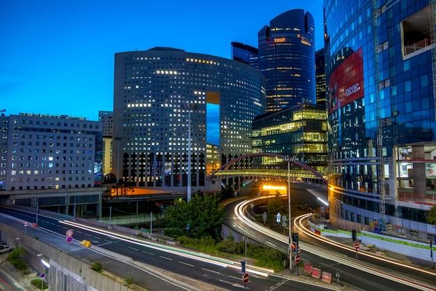 Frankreich. abendlicher autoverkehr. bezirk la verteidigung in paris