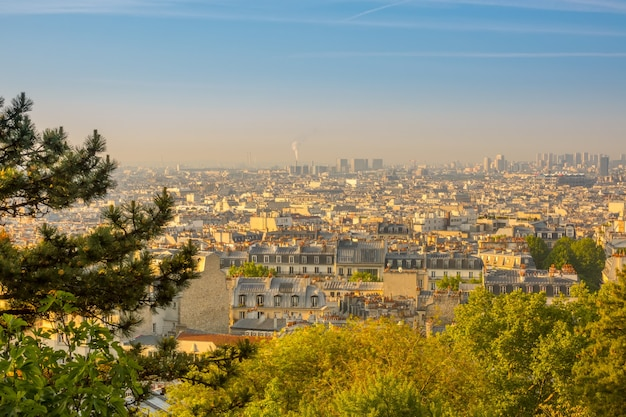 Frankreich. paris. sommer sonniger morgen über den dächern
