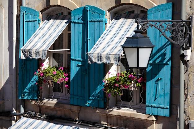 Frankreich provence stil cottage fenster, blaue fensterläden und blumenkästen.