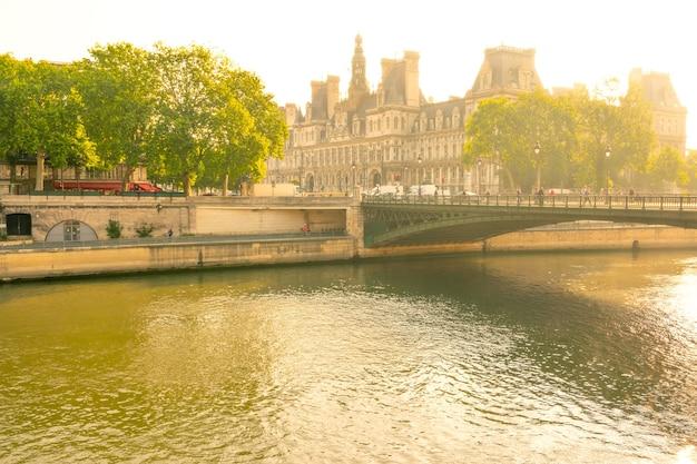 Frankreich. sonniger sommermorgen in paris an der seine mit blick auf das hotel de ville
