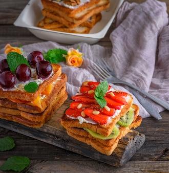 Französisch toast aus weißbrot mit hüttenkäse, erdbeeren