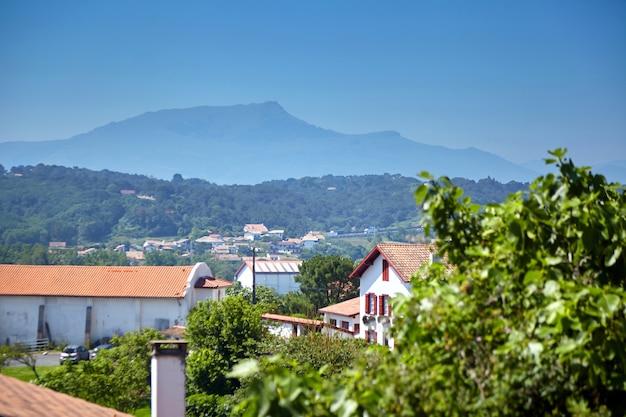 Französische baskenlandlandschaft mit architektur