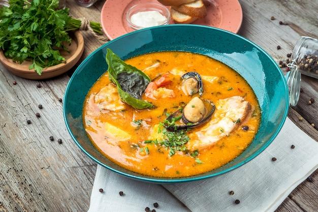Französische bouillabaisse-fischsuppe mit meeresfrüchten, lachsfilet, garnelen, reichhaltigem geschmack, leckerem abendessen