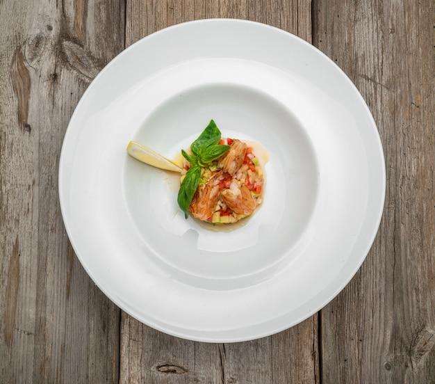 Französische bouillabaisse fischsuppe mit meeresfrüchten