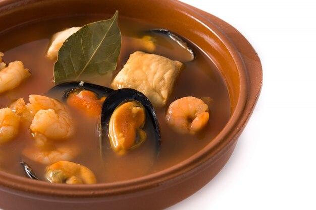 Französische bouillabaisse-suppe in schüssel