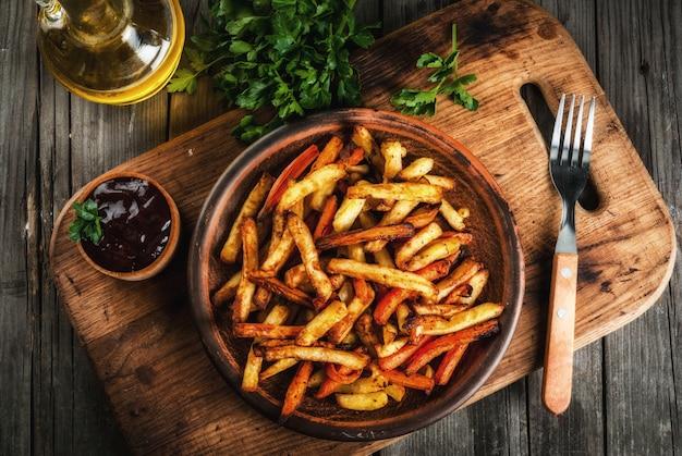 Französische bratkartoffeln und karotten
