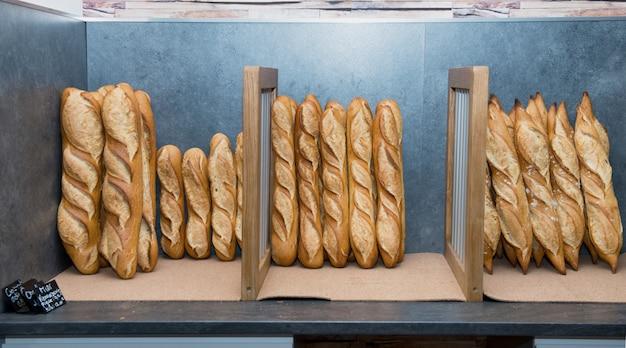Französische brote in einem bäckereimarkt