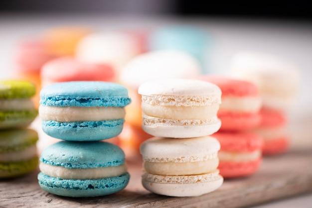 Französische bunte macarons mit verschiedenen farben und geschmacksrichtungen