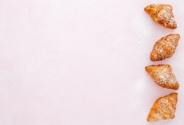 Französische croissants der draufsicht kopieren raum
