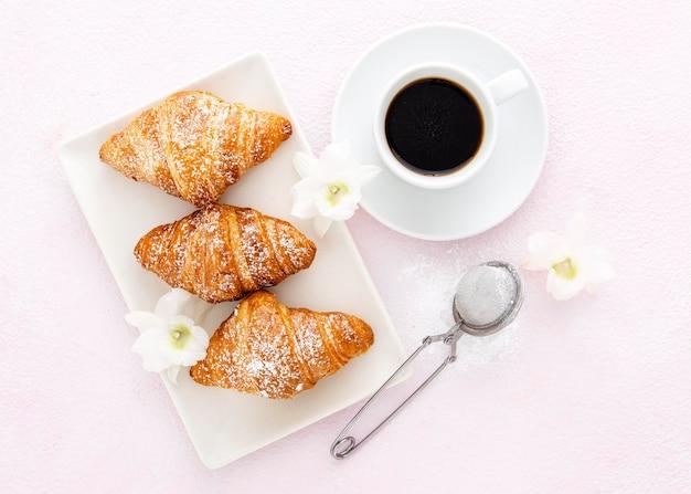 Französische croissants mit vanille und kaffee