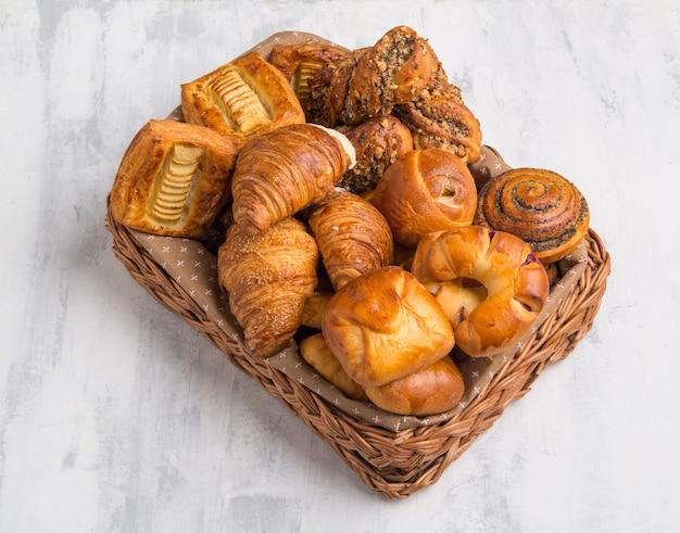 Französische croissants und backwaren im korb. ansicht von oben