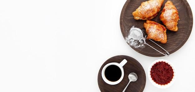 Französische croissants und erdbeermarmelade flach liegen