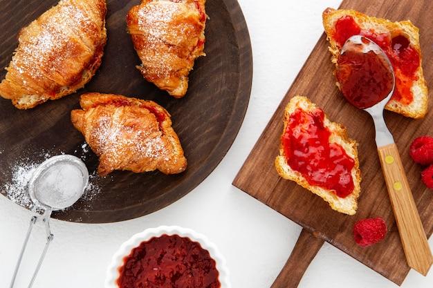 Französische croissants und erdbeermarmelade