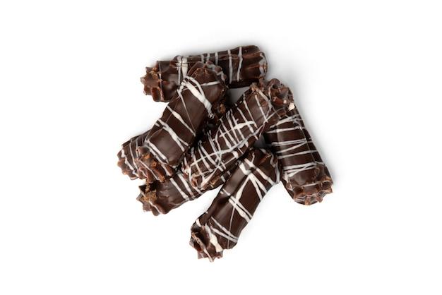 Französische eclairs der schokolade auf einem weißen hintergrund