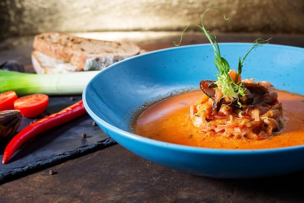 Französische fischsuppe bouillabaisse mit meeresfrüchten
