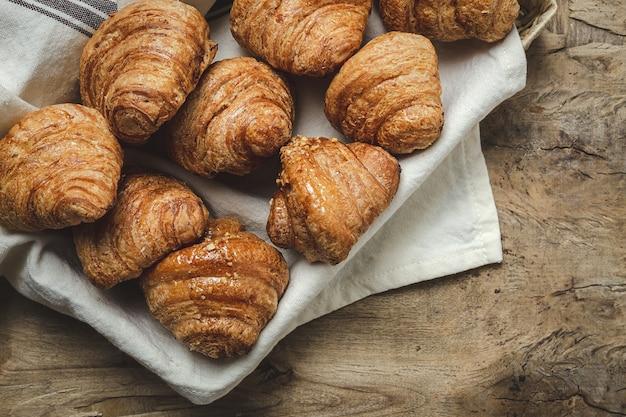 Französische hausgemachte frische croissants auf holztisch