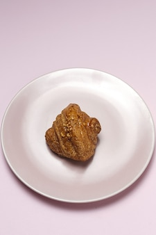 Französische hausgemachte frische croissants auf rosa tisch