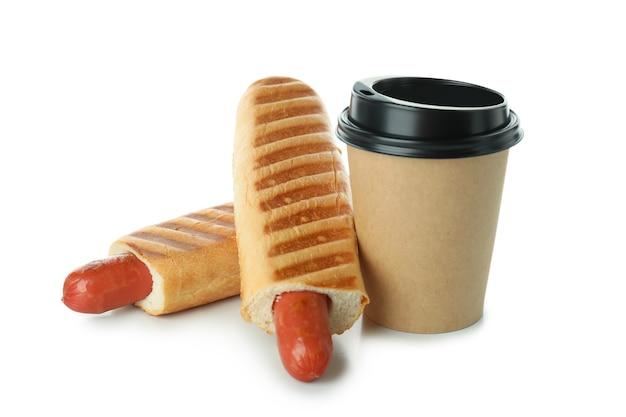 Französische hot dogs und kaffee isoliert auf weißem hintergrund