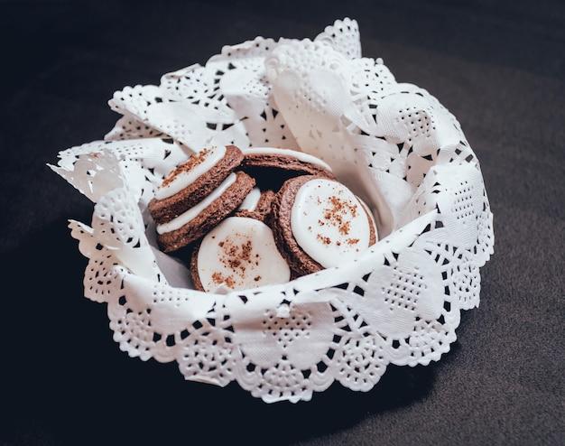 Französische kekse mit schokolade auf dem weißen teller