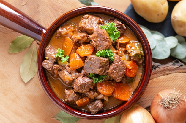 Französische klassische rindfleischeintopfgericht des lebensmittelkonzeptes estouffade de boeuf mit kopienraum