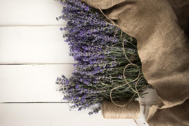Französische ländliche provence. frisch gepflückter lavendel ist in einem dekorativen obkortku verpackt. draufsicht