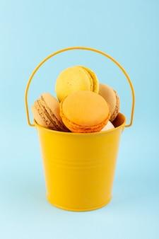 Französische macarons der vorderansicht köstlich und im korb gebacken