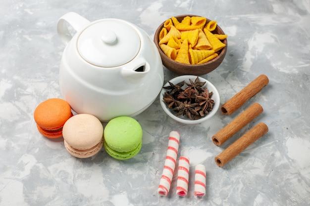 Französische macarons der vorderansicht mit zimt auf weißer oberfläche