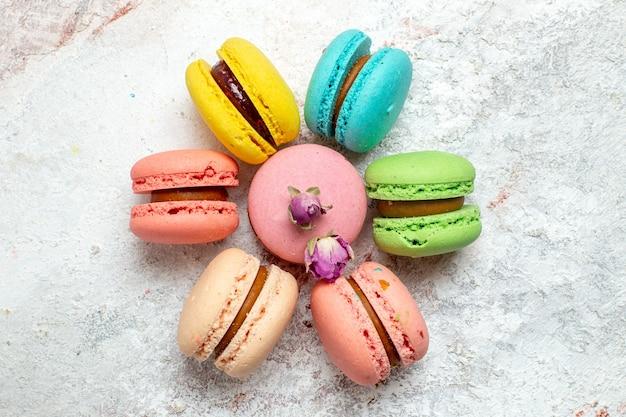 Französische macarons köstliche kleine kuchen der draufsicht auf weißem raum