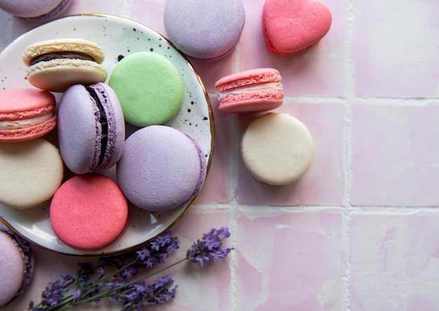 Französische macarons mit verschiedenen geschmacksrichtungen und frischen lavendelblüten