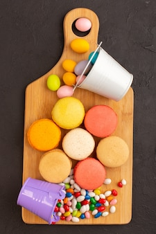 Französische macarons von oben mit süßigkeiten