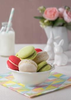 Französische plätzchen macarons oder der makronen mit frühlingsblumen, ostern-konzept.
