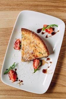 Französische quiche lorraine mit tomaten und mozzarella