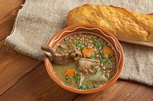 Französische suppe mit linsen und dijon-senf. linsen-dijonnaise