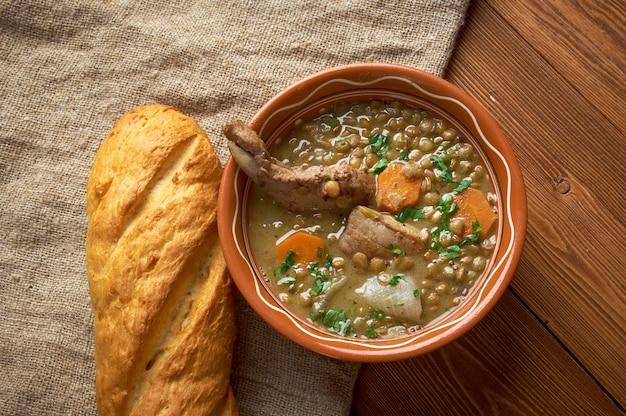 Französische suppe mit linsen und dijon-senf-linsen